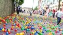Шарени топки се търкалят по улицата в ирландска лотария