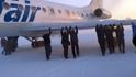 Пътници бутат замръзнал самолет в Сибир (видео)