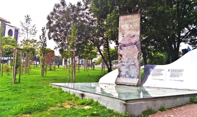 Открий: Парче от Берлинската стена в София
