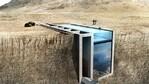 Гръцката къща, вградена в скала, с прозрачен покрив-басейн