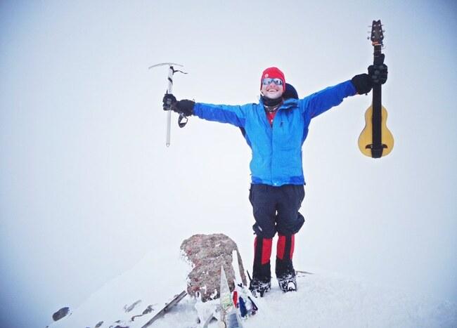 Петър Георгиев изкачва световни върхове с китарата си