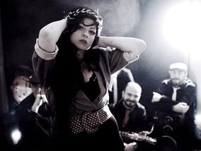 Ейми Уайнхаус оживява на сцената на Mixtape 5
