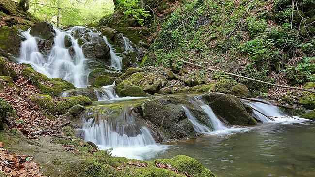 10 лесно достъпни водопада в България