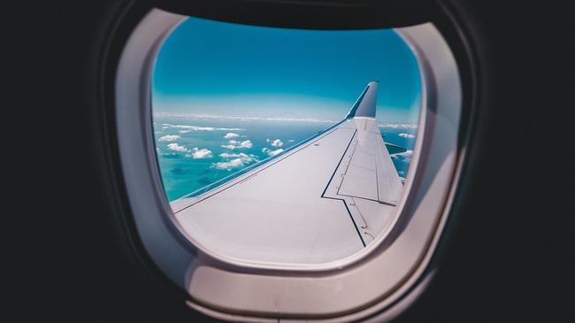Защо прозорците на самолетите са обли?