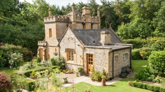 Най-малкият замък в Англия търси новите си собственици