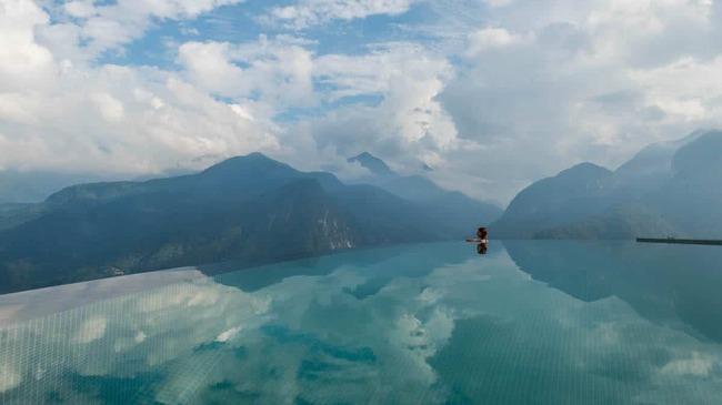 Басейнът, в който плувате над облаците