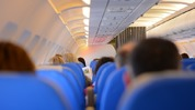 Как да пътуваме по-удобно на средната седалка в самолета