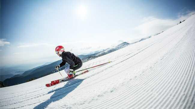 Боровец посреща първите любители на зимните спортове тази събота!