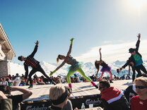 Къде зимните спортове и партитата вървят ръка за ръка?