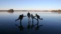 13 см лед или с кънки по замръзналото езеро
