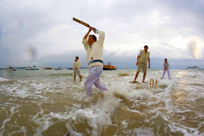 Исус ходи по вода. Британците играят крикет на вода!